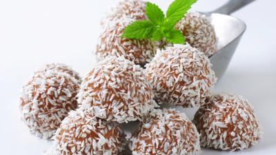 Rum balls in coconut