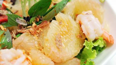 Shrimp salad with pomelo