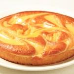 Round sponge cake with sweet cream cheese