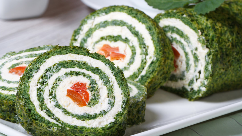 Spinach roll filled with cottage cheese