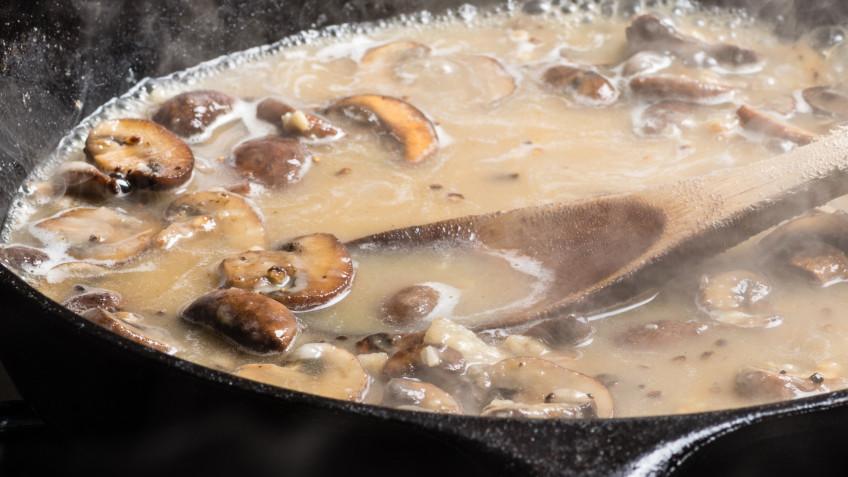 Mushroom gravy with nutmeg