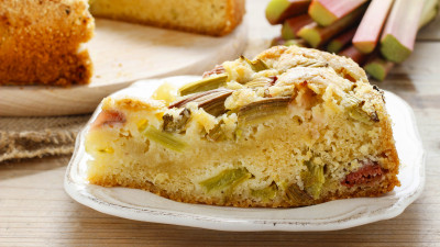 Rhubarb cake with crumbles