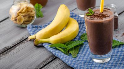 Banana-cocoa milkshake
